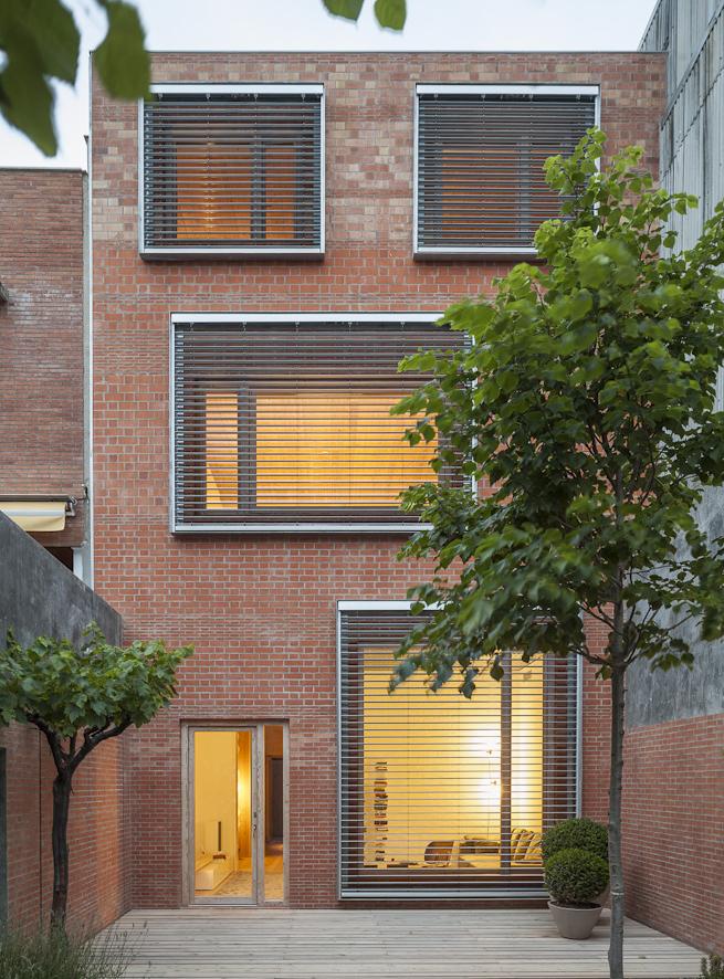 Vivienda unifamiliar entre medianeras el tornillo que te for Fachadas de casas modernas entre medianeras