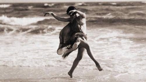 Isadora-Duncan-danse-sur-la-plage