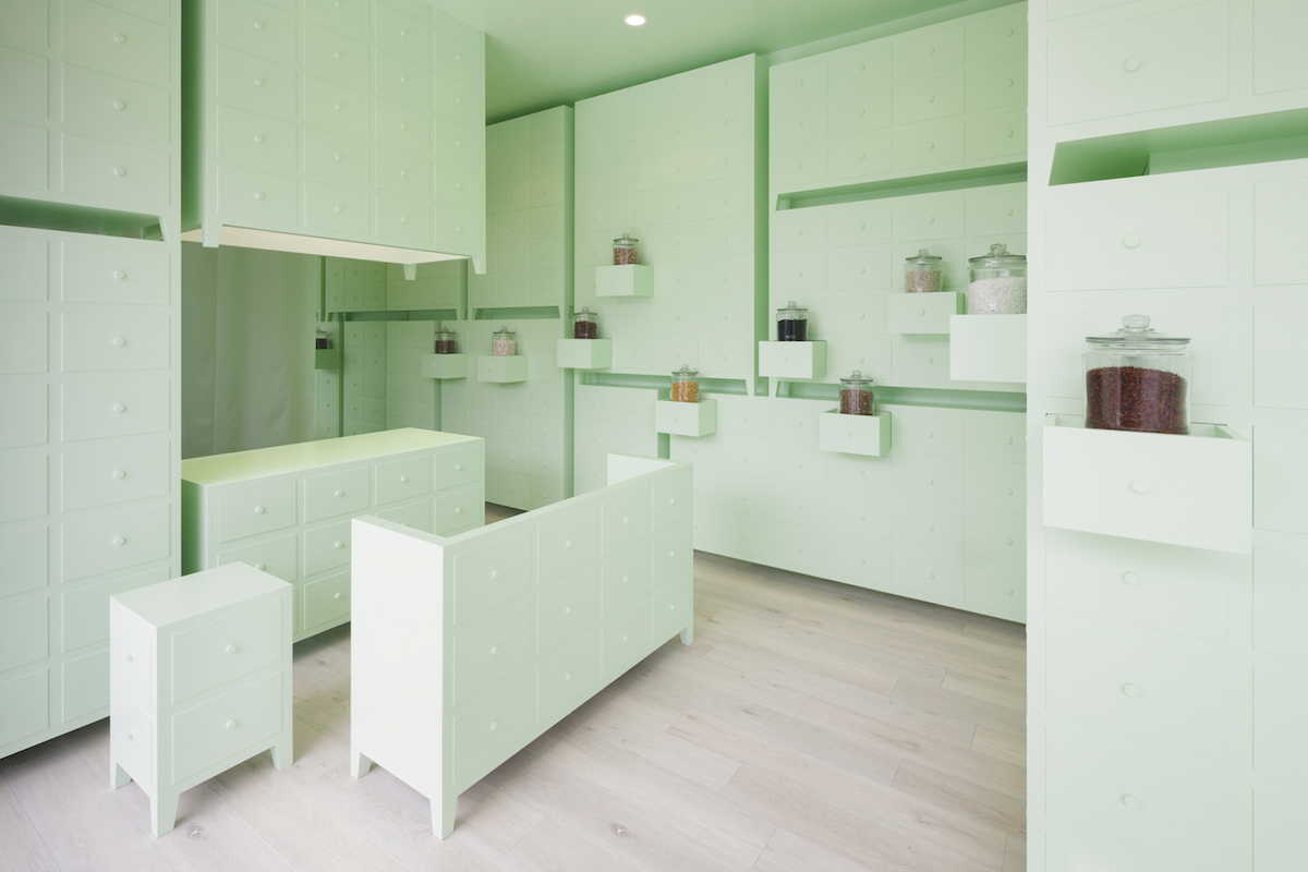 est formado por un conjunto de muebles en color verde menta donde destacan los estantes con forma de cajoneras abiertas y cerradas