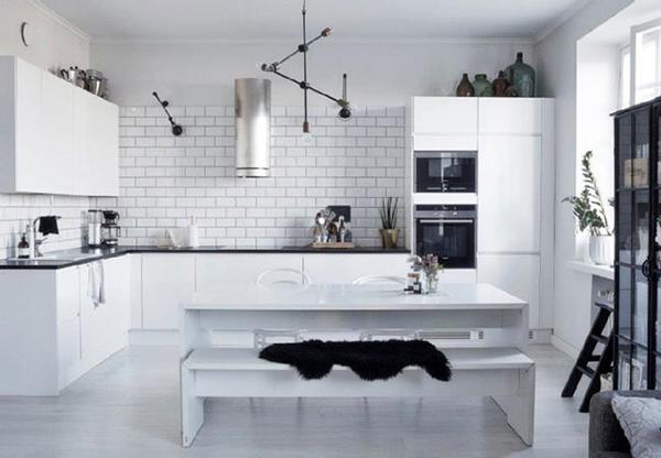 la cocina tiene una combinacin tpica escandinava muebles blancos azulejos blancos tipo metro y encimera negra me gusta aunque no se aprecia muy bien with